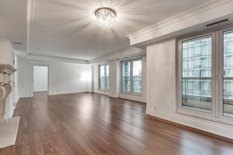 The Regency Yorkville showing bright living area